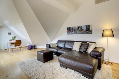 2 habitaciones tico amueblado pantalla plana m nich westend 7698. Black Bedroom Furniture Sets. Home Design Ideas